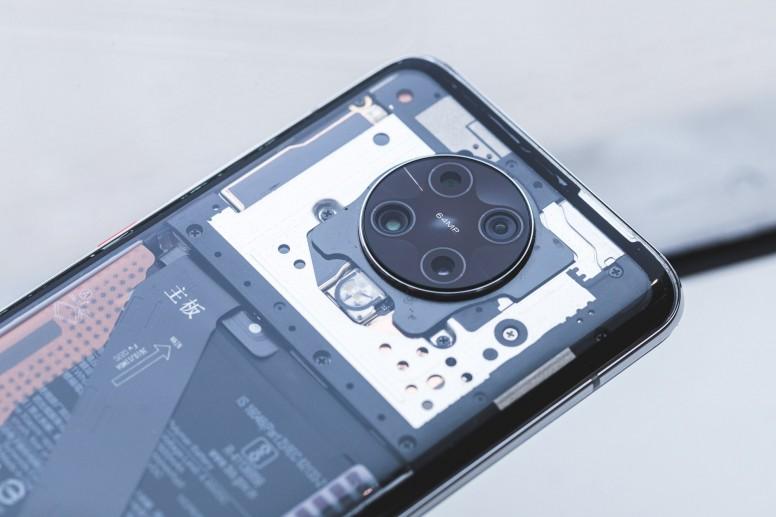 Настоящий смартфон Xiaomi с прозрачной задней крышкой