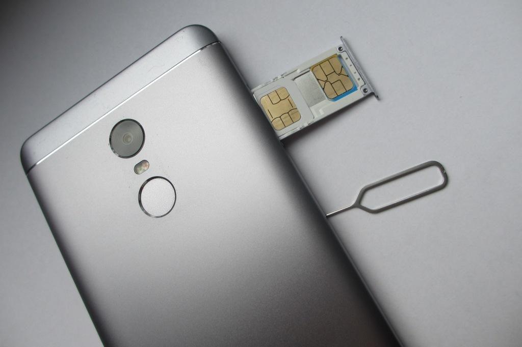 Извлеките SIM-карту, SD-карту и батарею